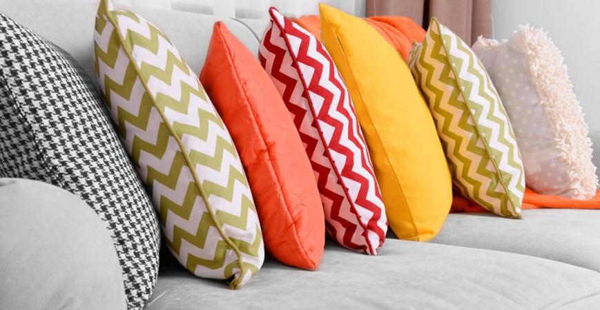 Proměnte svůj byt jako mávnutím proutku s dekorativními polštáři