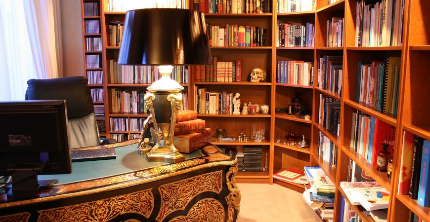 Stolní lampa, praktický pomocník do kanceláře
