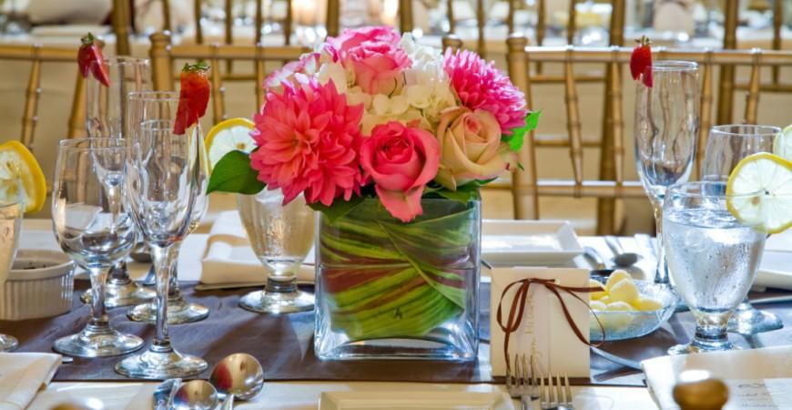 Interiér plný života s čerstvými květinami